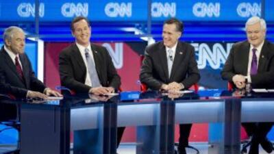 Los aspirantes republicanos Rom Paul, Rick Santorum, Mitt Romney y Newt...