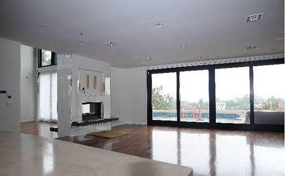 Según Forbes, la falta de pago de la casa hizo que ésta se vendiera a pr...
