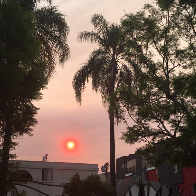 Desde Los Ángeles el sol se ve como una luz roja.