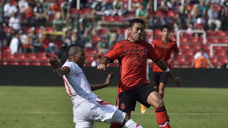 Luiz Henriquez marcando a Marco Fabian en un Panamá-México.