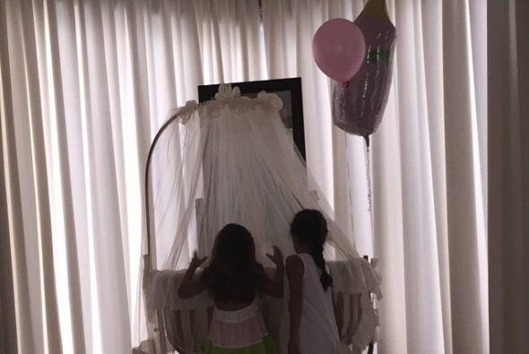 Sus hijas ayudaron a decorar la habitación.