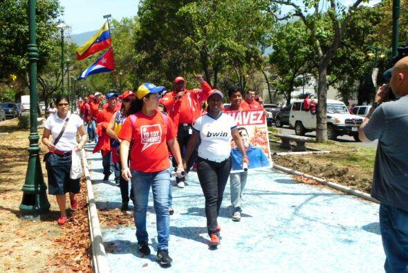 Los venezolanos izaron con orgullo la bandera de Cuba para demostrar su...