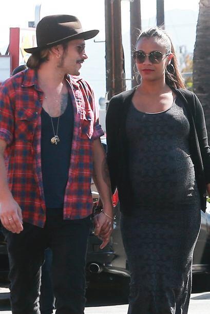 Vimos a Zoe embarazadísima y  junto a su marido Marco Perego derramando...