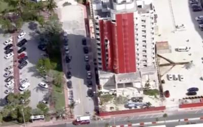 Los bomberos creen que el hombre cayó desde el piso 10.