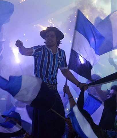 Gremio celebra el paseImagen difusa de un aficionado del Gremio de Porto...