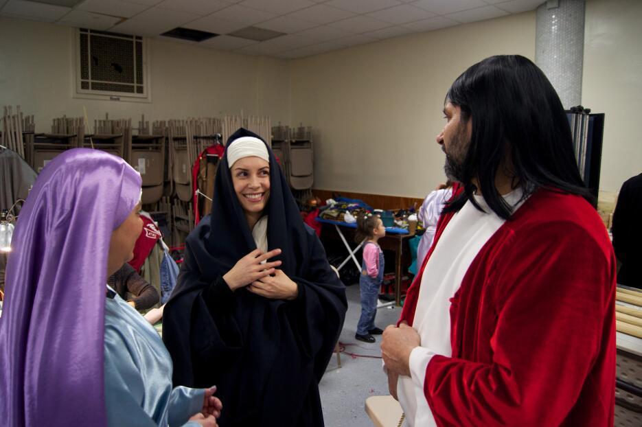 Latinos escenifican Pasión de Cristo en Barrio Italiano.
