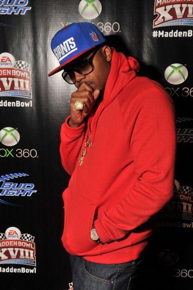 En la fiesta el rappero Nas estuvo entre los primeros en llegar portando...