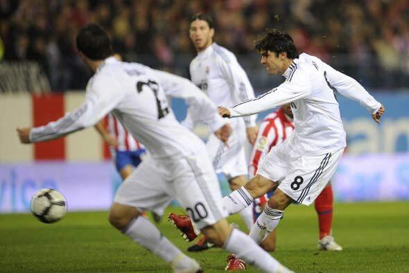 Kaká adelantó al Real Madrid con este disparo desde afuera del área.