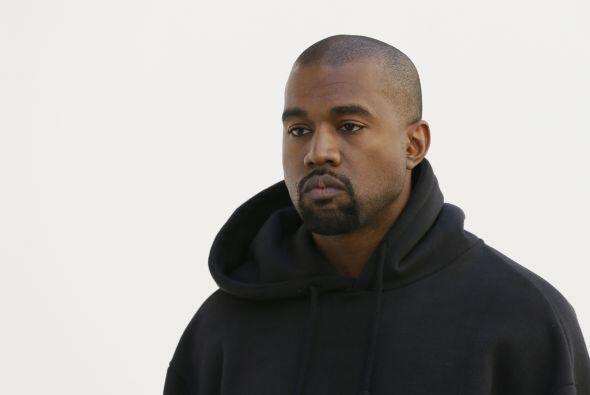 Kanye siempre anda muy serio, algunos dicen que no sabe sonreír.