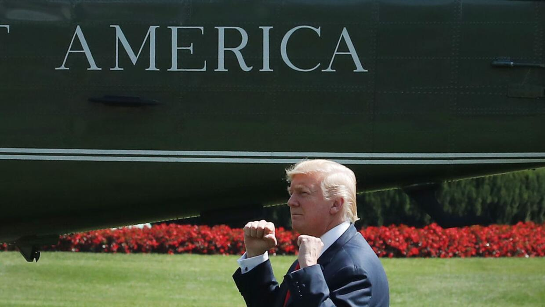 Donald Trump saludó a sus simpatizantes en la Casa Blanca, antes de part...