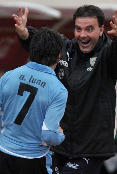 Adrián Luna (7) con un golazo de tiro libre desde 25 metros a los 42 min...