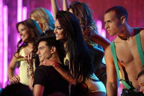 """El show empezó con tremendo show, en el que Paty Cantú cantó """"Dice por a..."""