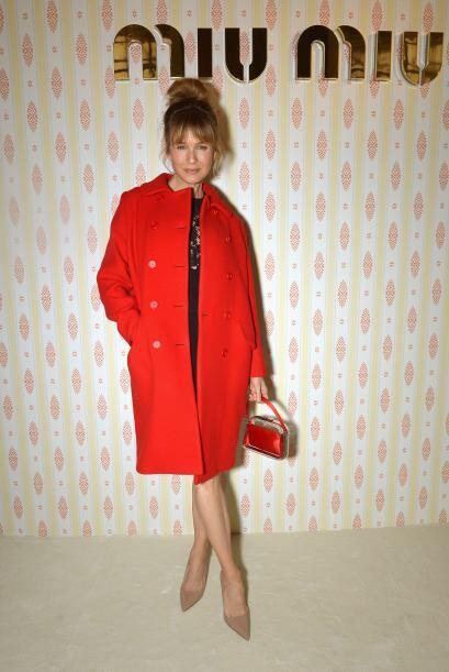 Renée Zellwegger presenció la colección de Miu Miu con un saco rojo y un...