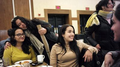 Estudiantes universitarias puertorriqueñas en una cafeterí...