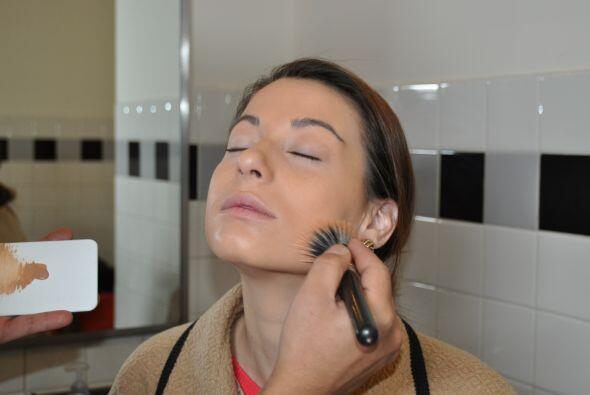 No aplicarse demasiada base porque la piel se puede ver acartonada y per...