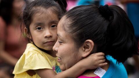 Cónyuges e hijos indocumentados de residentes permanentes, y también ciu...