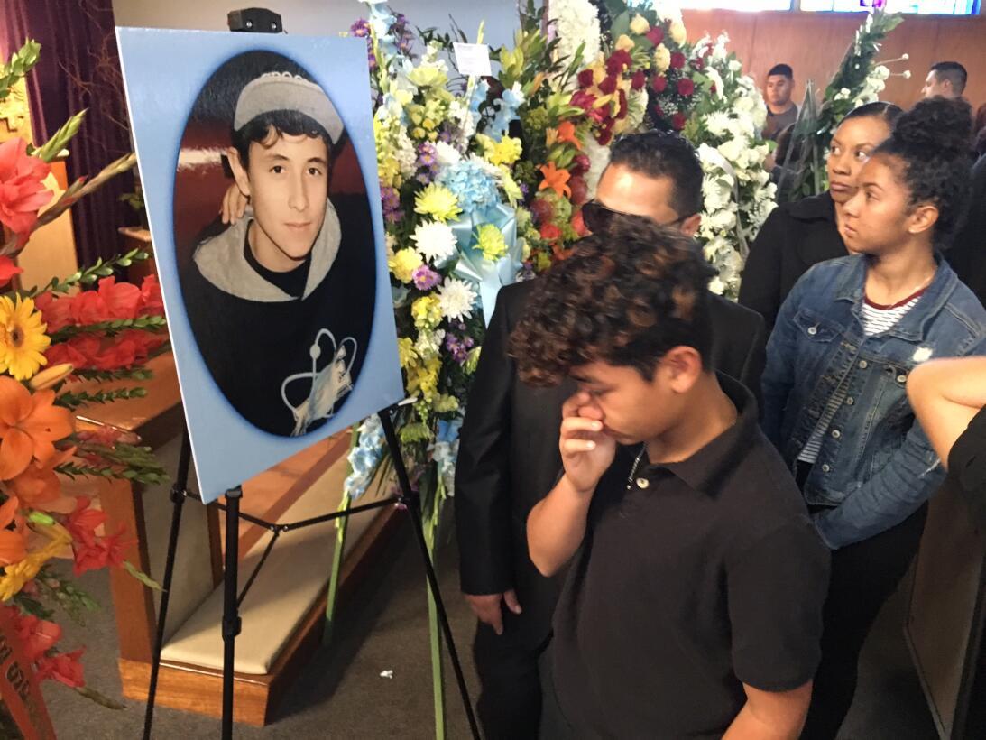 Un adolescente llora frente a una imagen del chico que fue hallado en un...