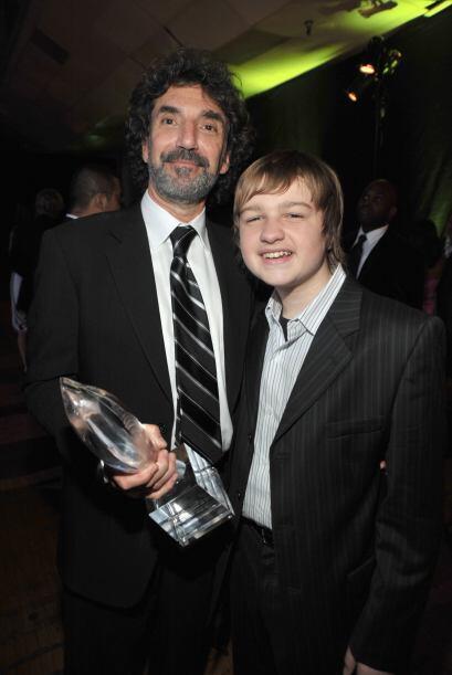 """Angus con el creador de """"Two and a Half Men"""", Chuck Lorre, quien también..."""