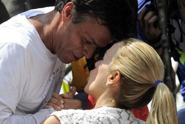 Leopoldo López junto a su esposa Lilian Tintori poco antes de entregarse...