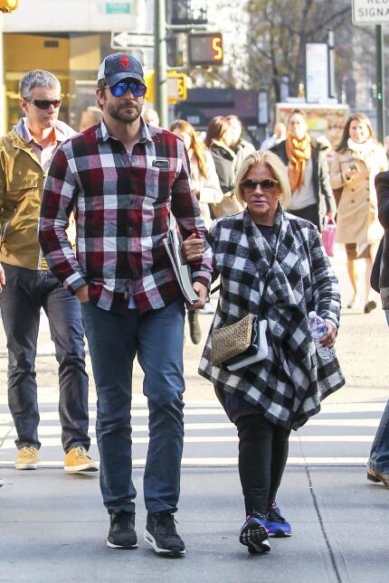 Bradley Cooper pasea con su mamá Gloria