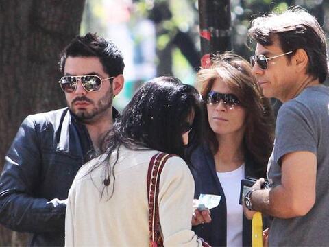 El actor mexicano salió a comer con su esposa Alessandra y dos de...