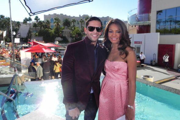 El Fashionista Rodner Figueroa posó con Ilia durante su crítica de moda...
