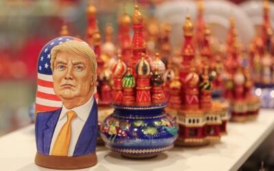 Una muñeca rusa con la imagen de Donald Trump, en un local frente...