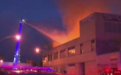Bodega en Humboldt Park ardió en llamas por causas desconocidas