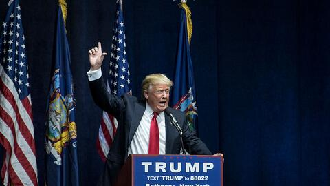 Donald Trump habla en Bethpage, New York, en un rally de su campa&ntilde...
