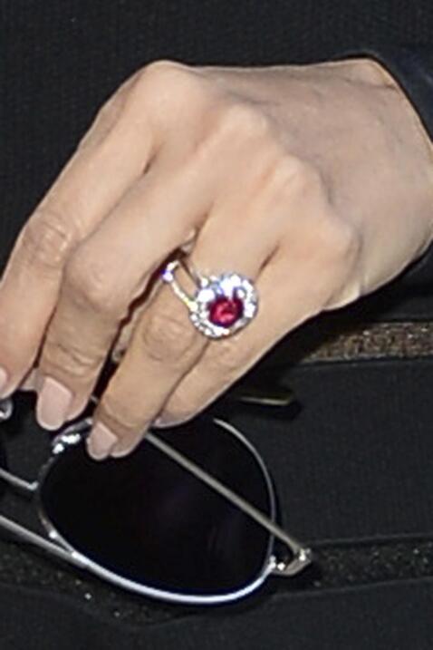 Eva Longoria nos presume su anillo de compromiso