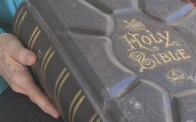 Biblia se salva de incendio en iglesia en Tucson, lo que fieles califica...