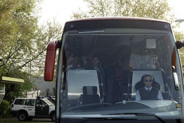 Se necesitaron 15 autobuses para trasladar a las 245 personas que arriba...