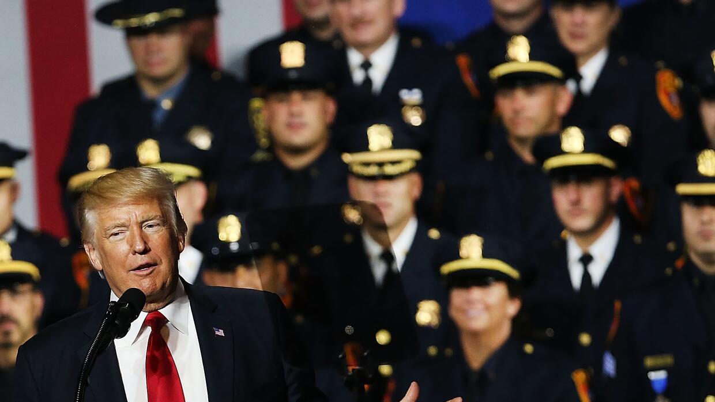 En Brentwood, Long Island, Trump les habló a los policías asistentes sob...