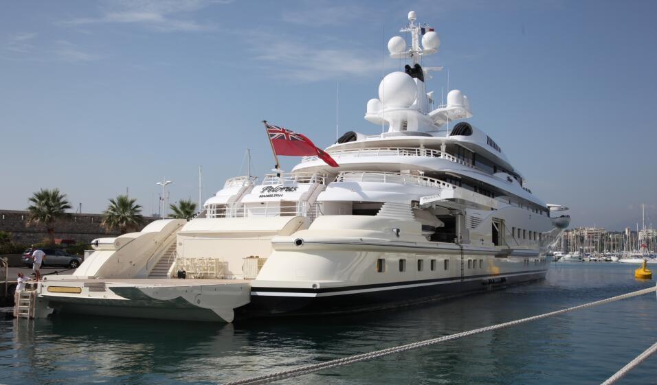 El funcionario emiratí compró este yate, hoy valuado en 150 millones de...