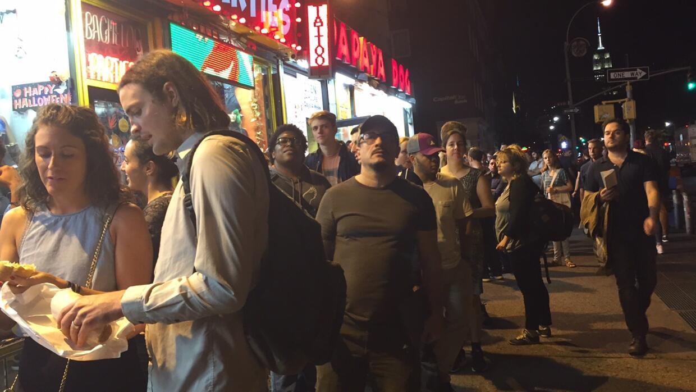 """La fila para intentar entrar al estreno de """"TrumpLand"""" comenzó..."""