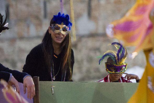 Sandra llevo a su pequeño Louis a disfrutar del carnaval.