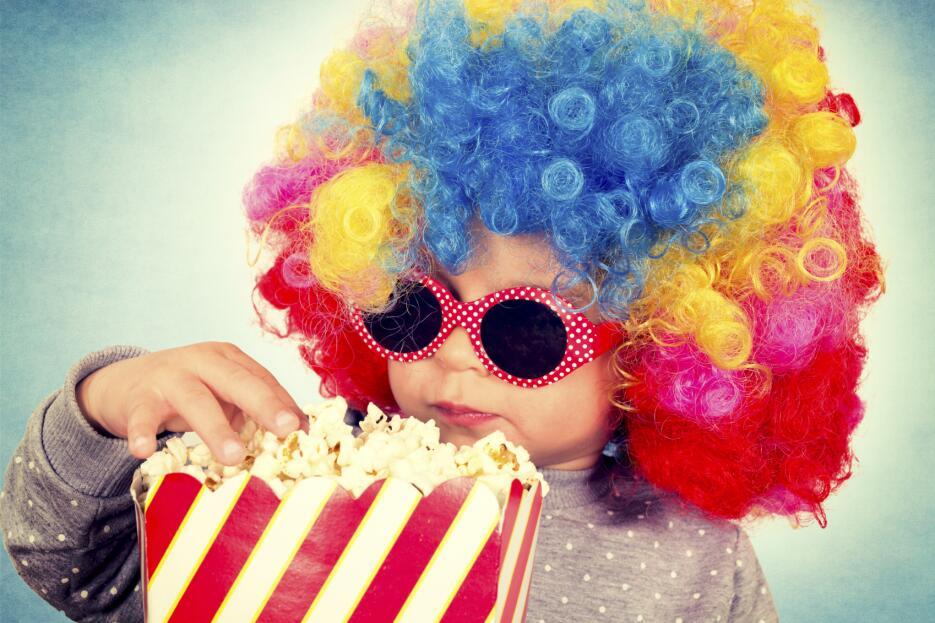 En vez de una película podrían ver caricaturas de cuando eras pequeña, s...