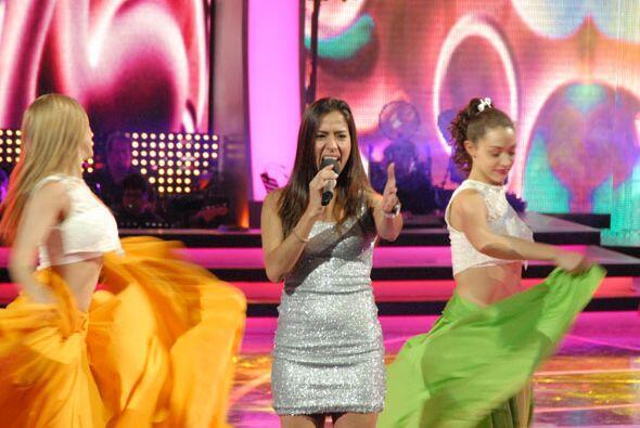 Las bailarinas de Va Por Ti la acompañaron en el escenario.