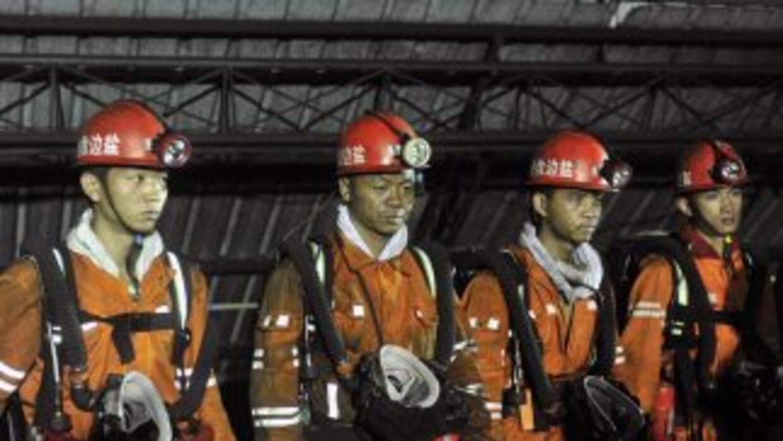 Las tareas de rescate prosiguen, mientras quedan cinco mineros atrapados.