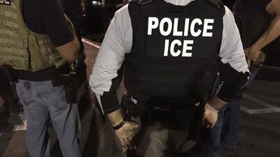 Funcionarios de ICE ejecutan una orden de arresto en California.