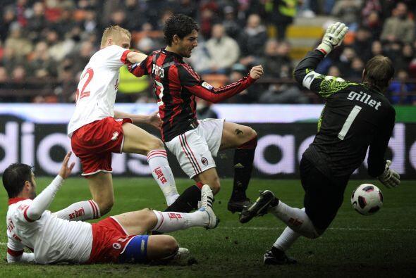 El brasileño Pato no podía hacer productiva su presencia en el área rival.