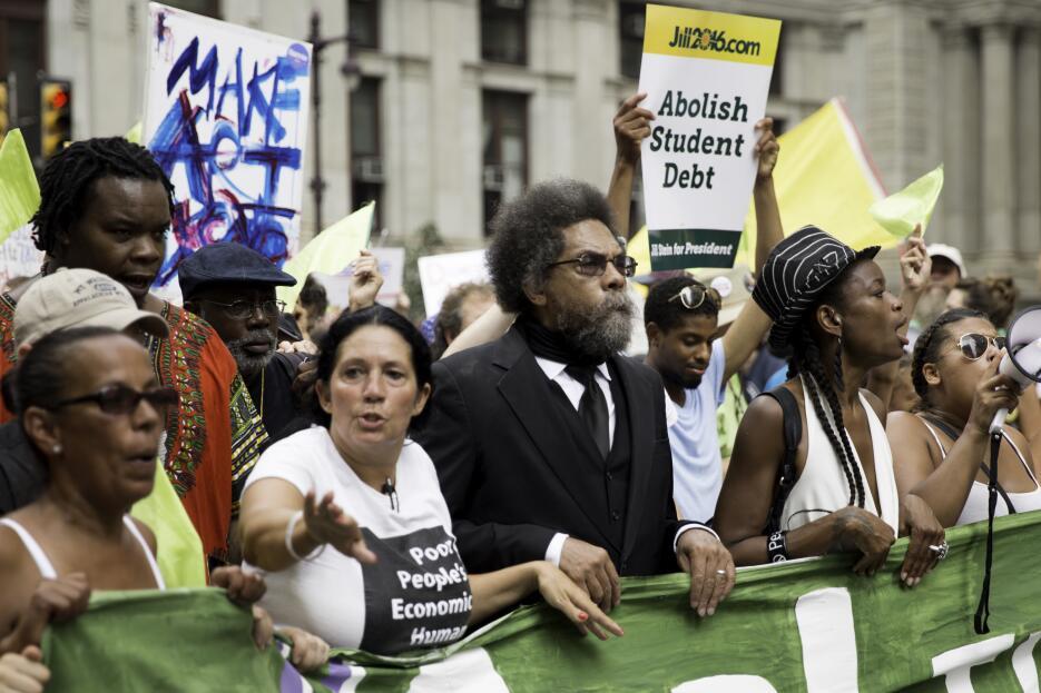 EL activista Cornel West, marcha junto a los partidarios de Sanders por...