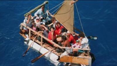Un grupo de cubanos intenta llegar a la Florida en una embarcación impro...