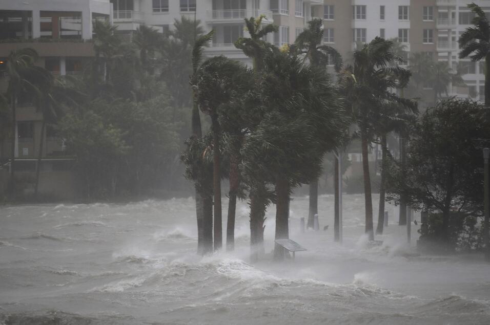 El agua se desborda del río Miami, en su camino hacia el downtown...