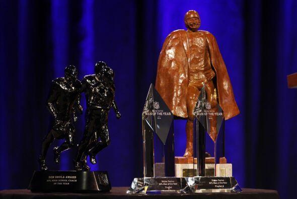 El comisionado también mostró los trofeos que se darán en el NFL Honors...