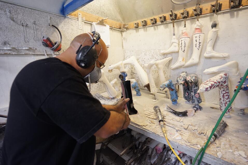 Hispanos crean aparatos ortopédicos artesanalmente en NY