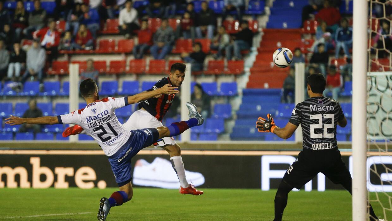 Martín Cauteruccio remata a gol.