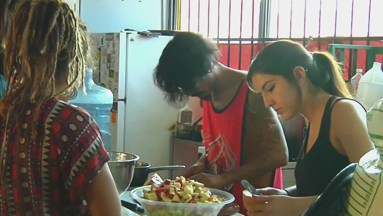 Jóvenes en Tijuana trabajan en una iniciativa de reciclaje de comida par...