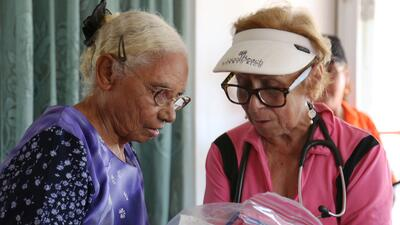 La doctora Aurora Meléndez le entrega a Sixta Rivera una bolsa de artícu...