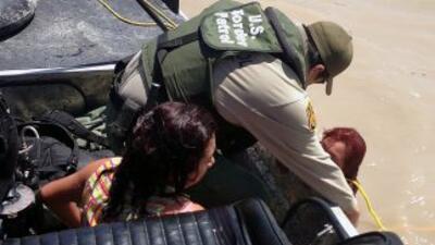 La imagen muestra el rescate de dos mujeres migrantes en el Río Grande....